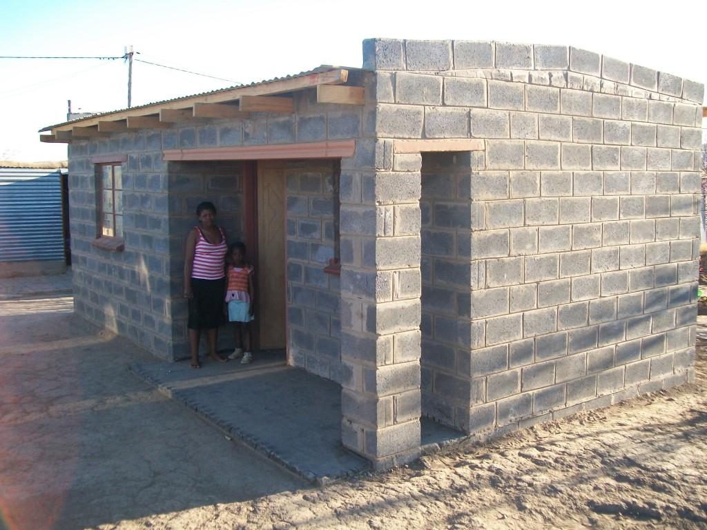 Huis in Thabanchu van de Lesinyeho familie. Ze wonen er met oma van 72 en 8 kids tussen de 26 en 5 jaar oud.